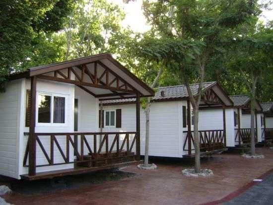 Camping laguna playa camping y bungalows en torre del mar for Bungalows dentro del mar